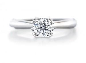 好好苦惱一番、深思熟慮,想像一下女友歡喜高興的表情。當你經歷這番過程挑選出來的鑽戒,才是最理想,也是最棒的訂婚鑽戒(Engagement Ring)。