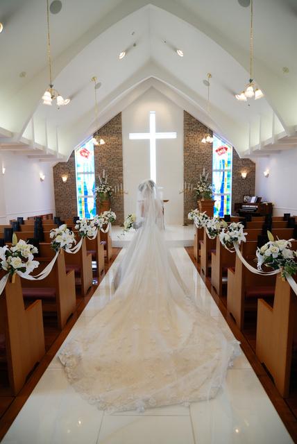 穿上為了這一天千挑萬選出來的純白婚紗禮服,走向站在聖壇前等候的他。然後對上帝許願、誓言無論康健或病患,都將終生愛護尊敬對方,最後交換結婚對戒[Marriage Ring]……
